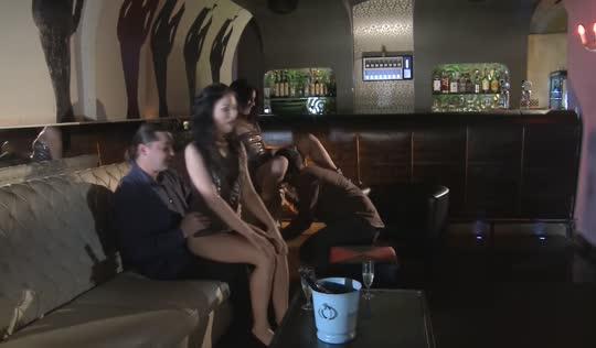 Две парочки свингеров трахались в баре