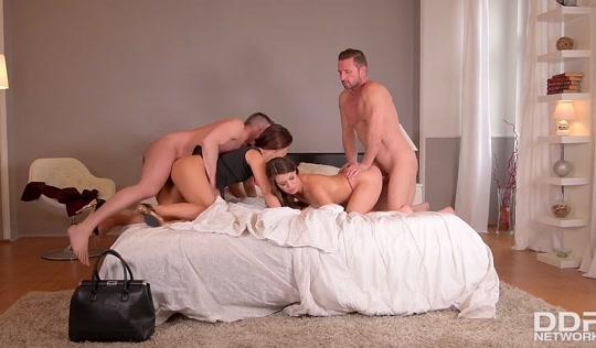 Групповой секс с двумя гламурными стервами
