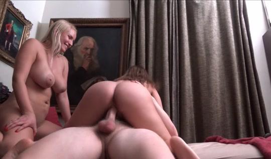 Две бабы трахают парня на кровати в откровенных позах