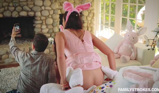 Занимается сексом с мужиком в костюме зайца