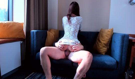 Красавчик занимается сексом со стройной девушкой в платье