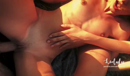 Секс на природе с двумя жопастыми сосухами