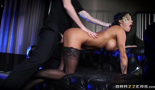 Брюнетка в маске занялась сексом с любовником