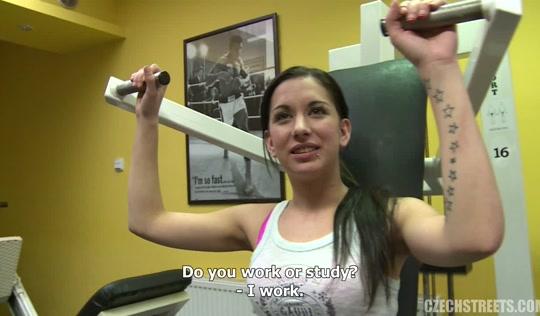 Пикапер совратил спортсменку и трахнул ее в раздевалке фитнес клуба