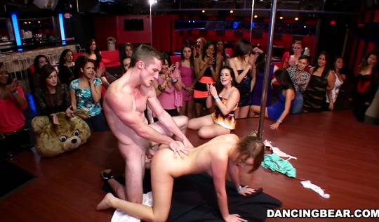 Стриптизеры дают в рот сексуальным девушкам в клубе