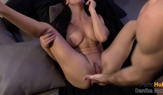 Сладкая жена соседа испытала струйный оргазм