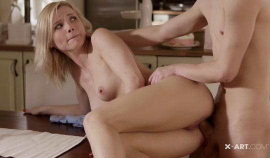 Смазливая блондинка подставила пилотку парню на кухне