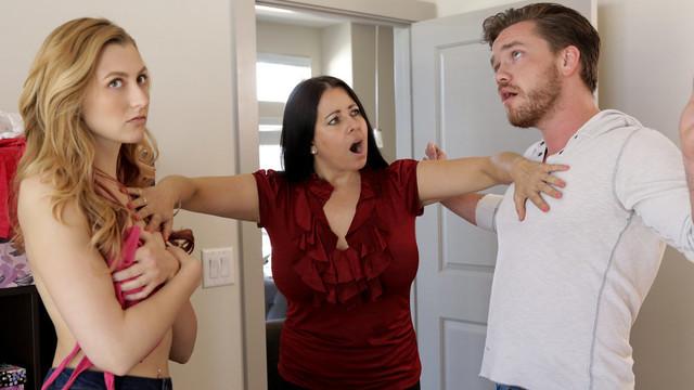 Сестра и брат трахаются с открытой дверью, поэтому палятся перед мамой