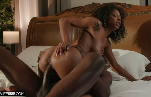 Негритянка изменяет мужу с его младшим братом и трахается в пизду