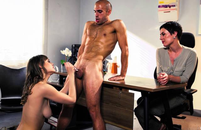 Классная начальница сосет толстый хер и гладкие яйца спортивного мужика