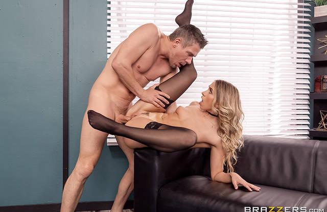 Красивая порно блонда в чулочках хочет поебаться в офисе с холостым коллегой