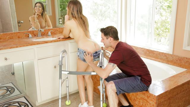 Парень помог девушке и она сразу согласилась ему красиво отдаться
