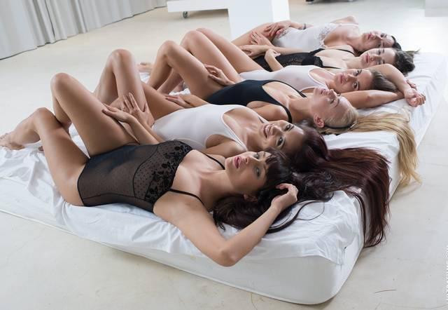 Пять нимфоманок одновременно ласкают лесбиянку и сводят ее с ума