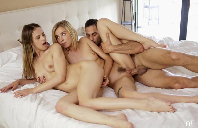 Парень поехал в отпуск с двумя подругами и развел их на групповуху