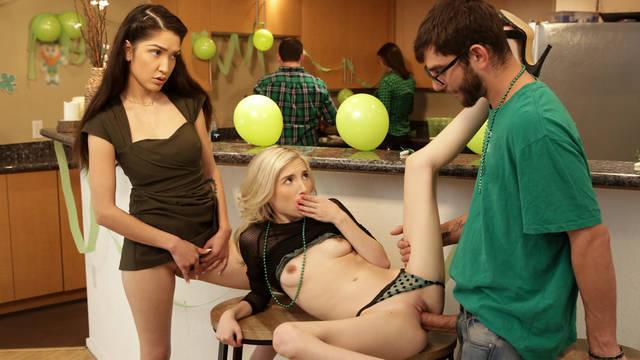 Красивая блондинка резвится с братом, пока родители заняты домашними делами