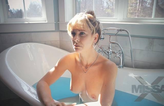 Приятель трахает мамашу в ванне после сладкого минета