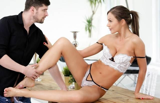 Парень облизал ступни красотки, чтобы она согласилась на секс