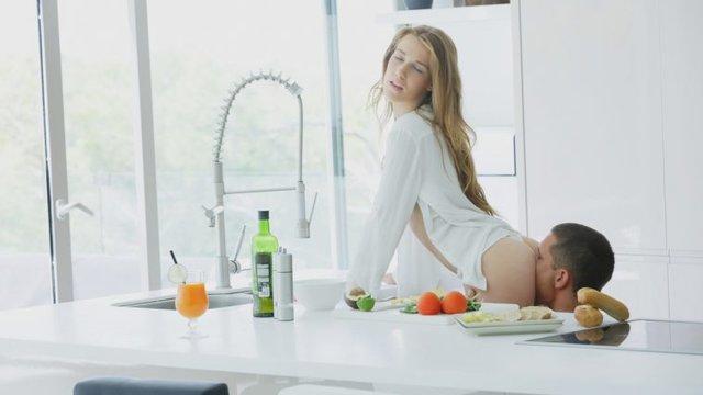 Парень на кухне соблазняет свою девушку...