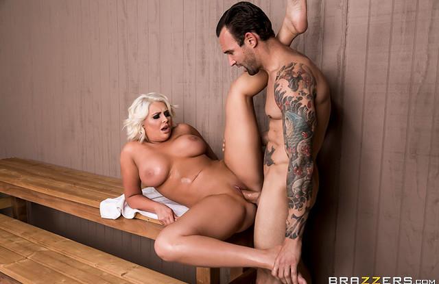 Жена уединилась с любовником в бане, чтобы вдоволь потрахаться