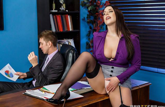 Зрелая секретарша дрочила на столе у босса и была наказана еблей