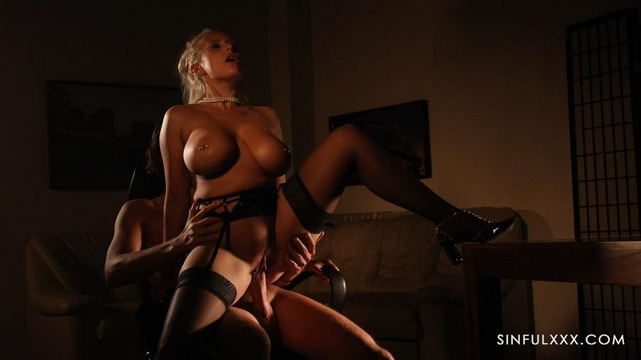 Красивая порно секретарша расставляет худые ноги в чулках для директора