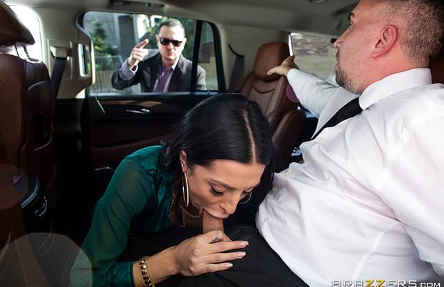 Красотка в машине активно изменяет мужу с симпатичным трахарем