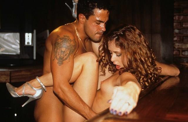 Парень склеил в баре зрелую шлюшку и оттрахал ее в задницу