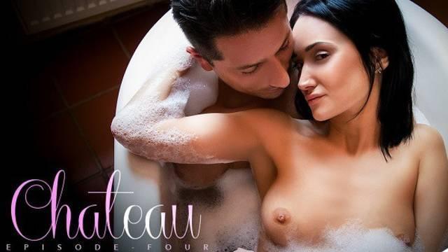 Брюнетка занялась с парнем сексом в ванной комнате