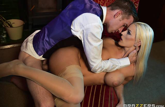 Парень ебет вдову в задницу, чтобы она не скучала в особняке