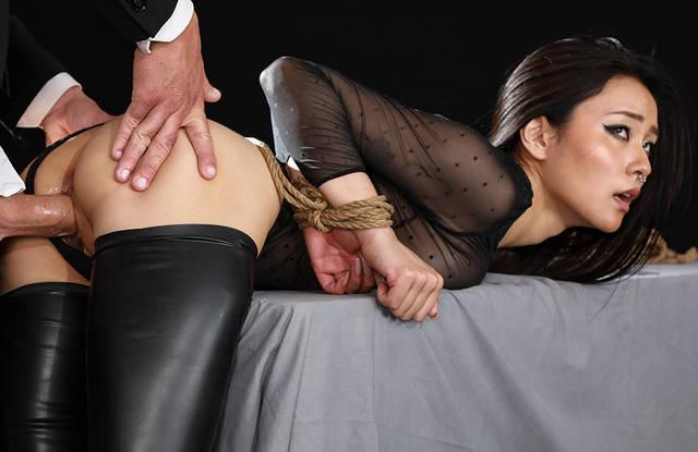 Красивое порно с азиатской официанткой, которую трахает клиент в кафе