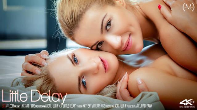 Красивые блондинки занимаются сексом на кровати