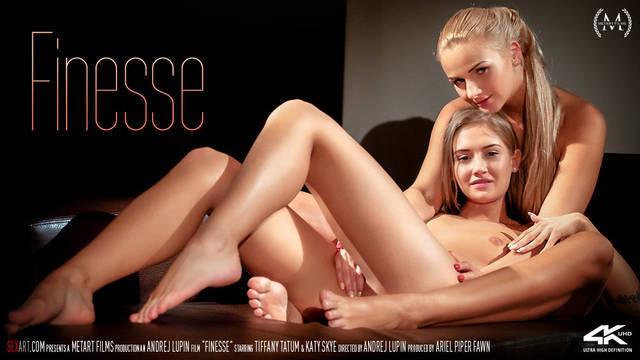 Красивые девушки занимаются лесбийским сексом на диване