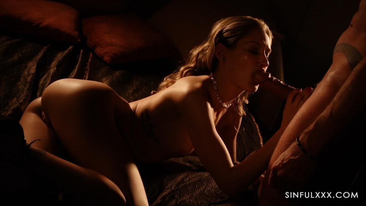 Горничная на каблуках устроила романтическое порно с женатым хозяином