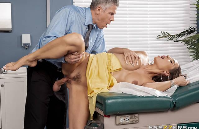 Доктор отымел гламурную шатенку и кончил ей липкой спермой на лицо