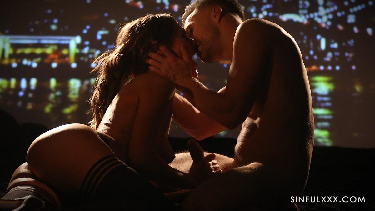 Измена жены с мускулистым соседом приводит ее к желанному оргазму