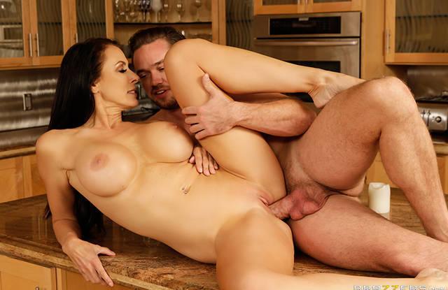 Красивая брюнетка трахнулась с парнем на кухне