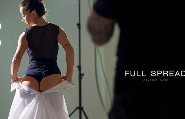 Опытный фотограф легко развел модель на секс в узкое очко