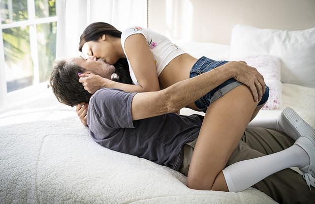 Красивое порно - Папу потянуло на молоденьких и он трахнул дочурку