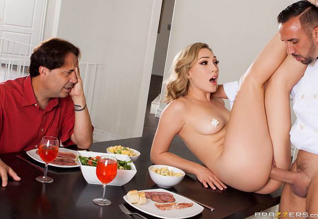 Блондинка трахается с любовником при своем муже